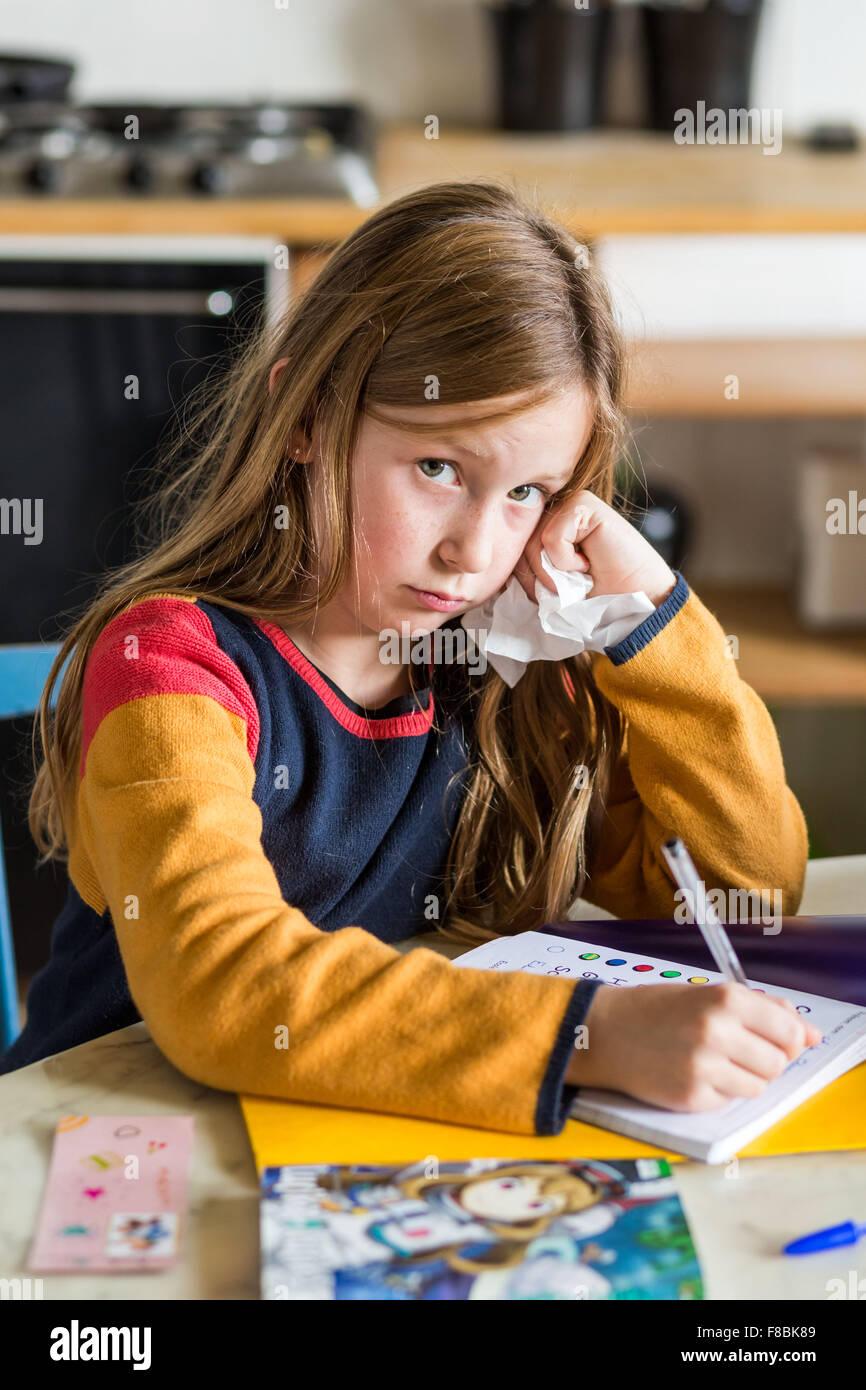 Petite fille de 9 ans fait ses devoirs. Photo Stock