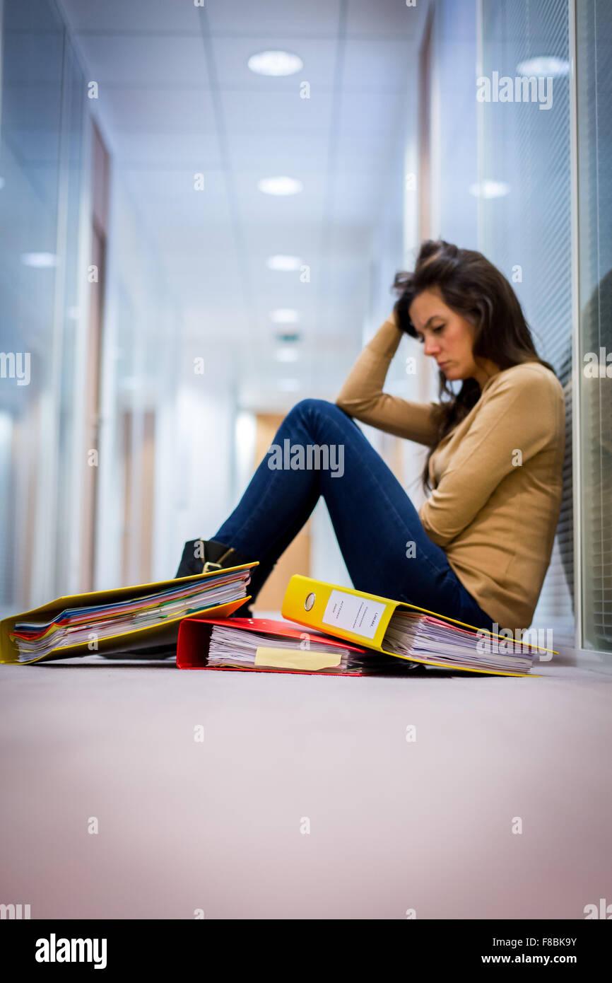 Femme fatiguée au travail. Photo Stock