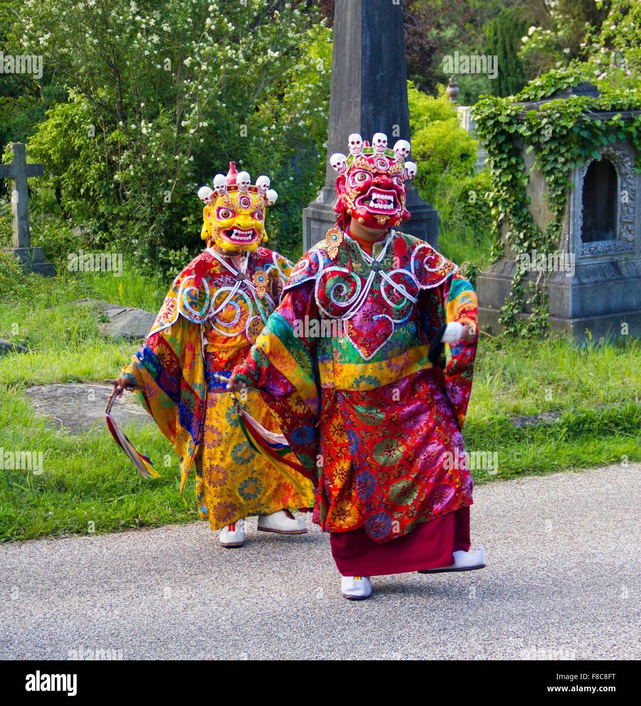 Tashi Lhunpo monks participant à un chant et performance cham au Royaume-Uni. Il s'agit d'Bakshi ou Photo Stock