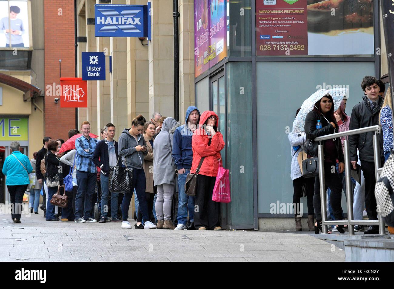 L'extérieur d'attente sans emploi job fair à Londonderry, en Irlande du Nord Photo Stock