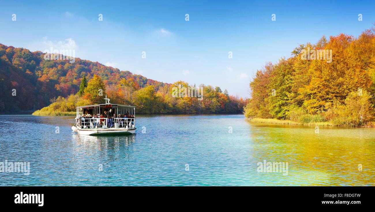 Bateau dans le parc national des Lacs de Plitvice en automne, Croatie Photo Stock