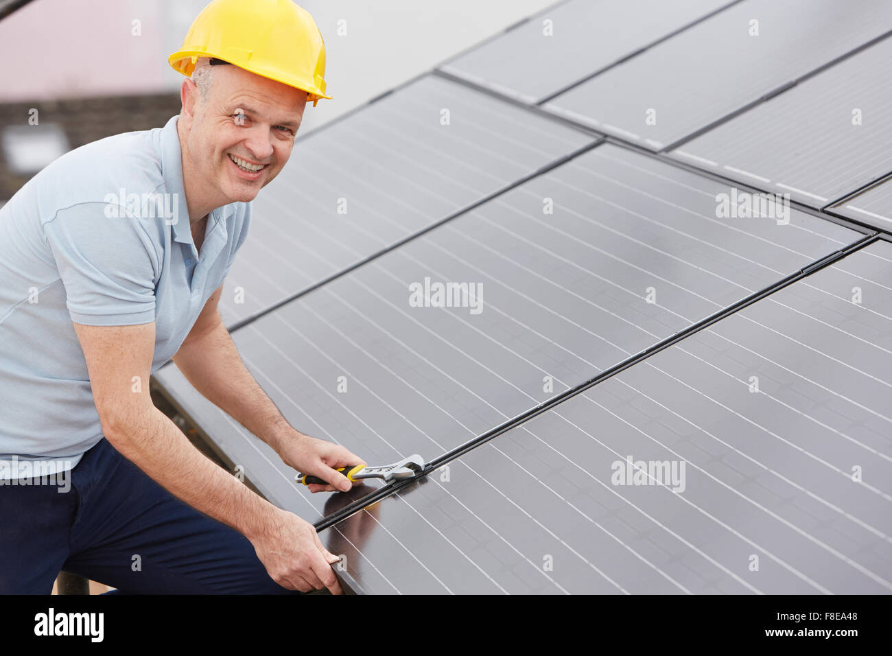 L'installation d'ingénieur Solar Panels On Roof Of House Photo Stock
