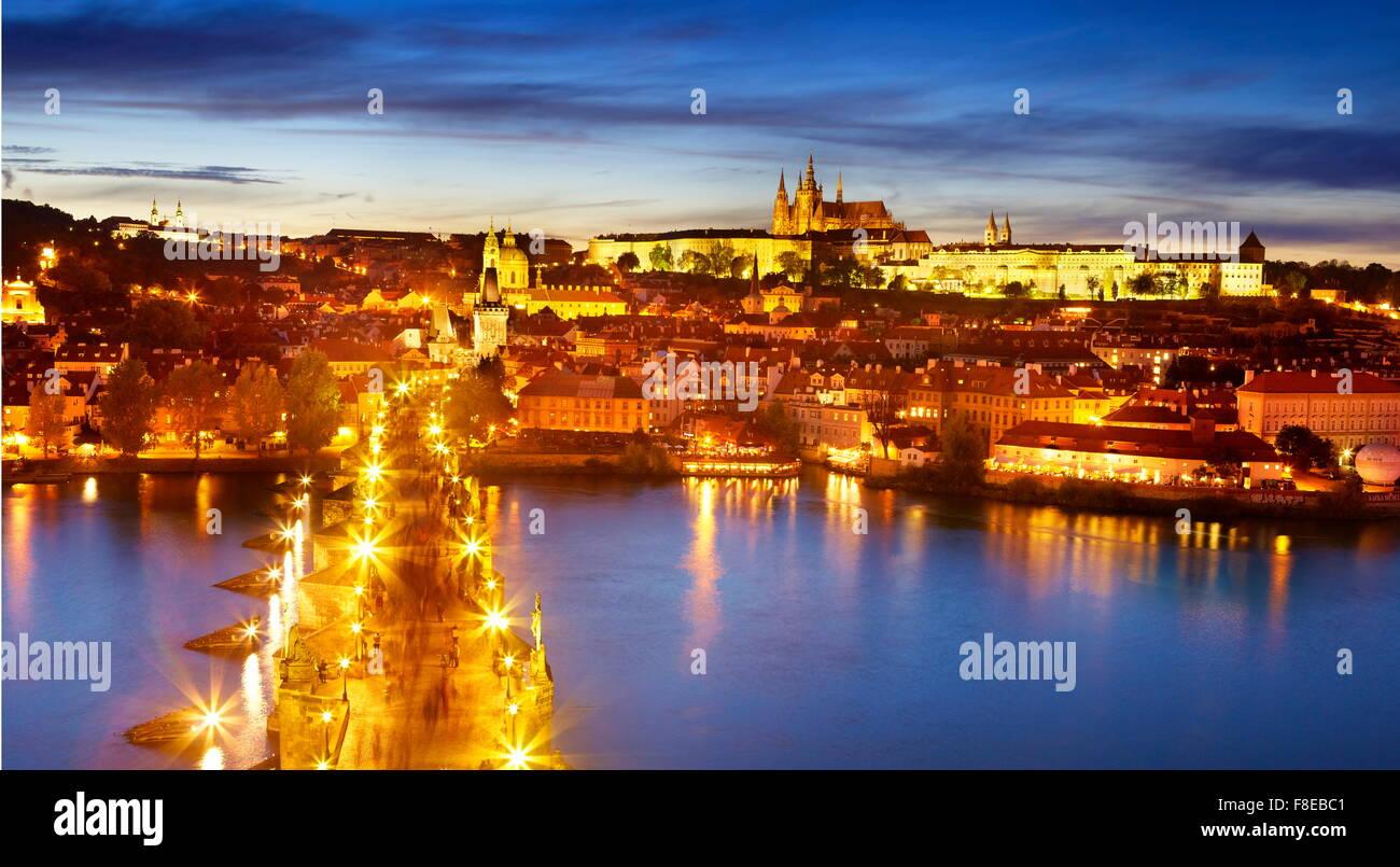 Le Pont Charles, la cathédrale Saint-Guy et le quartier du château, la vieille ville de Prague, République Photo Stock