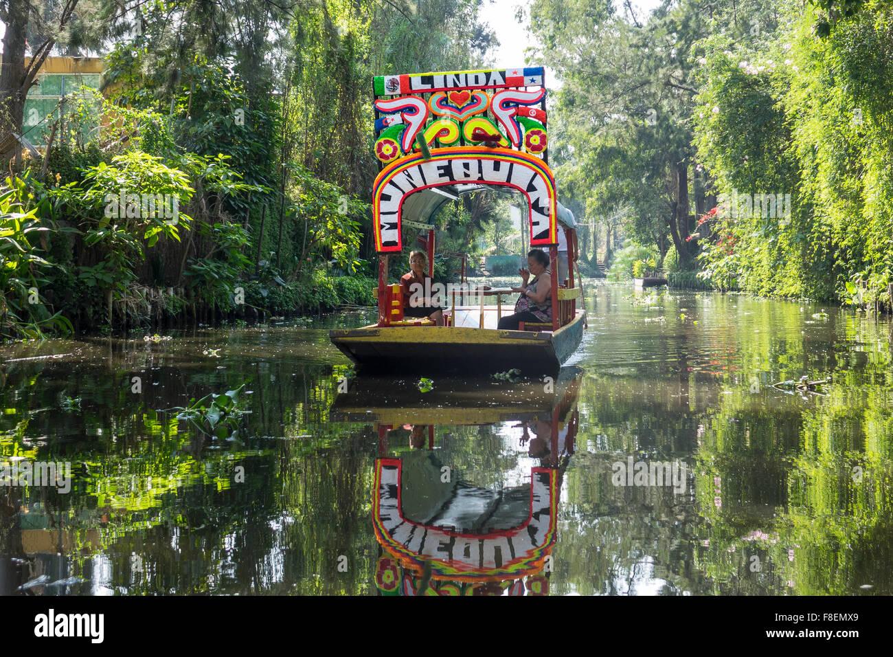 Le Mexique. La ville de Mexico. Xochimilco. Voile sur canal Photo Stock