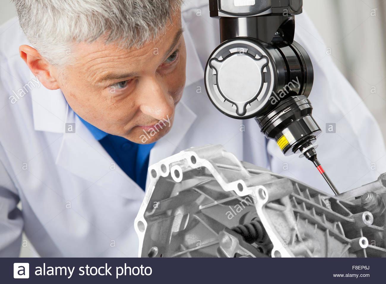 À l'aide de sonde contrôlé par ordinateur pour numériser le bloc-moteur Photo Stock