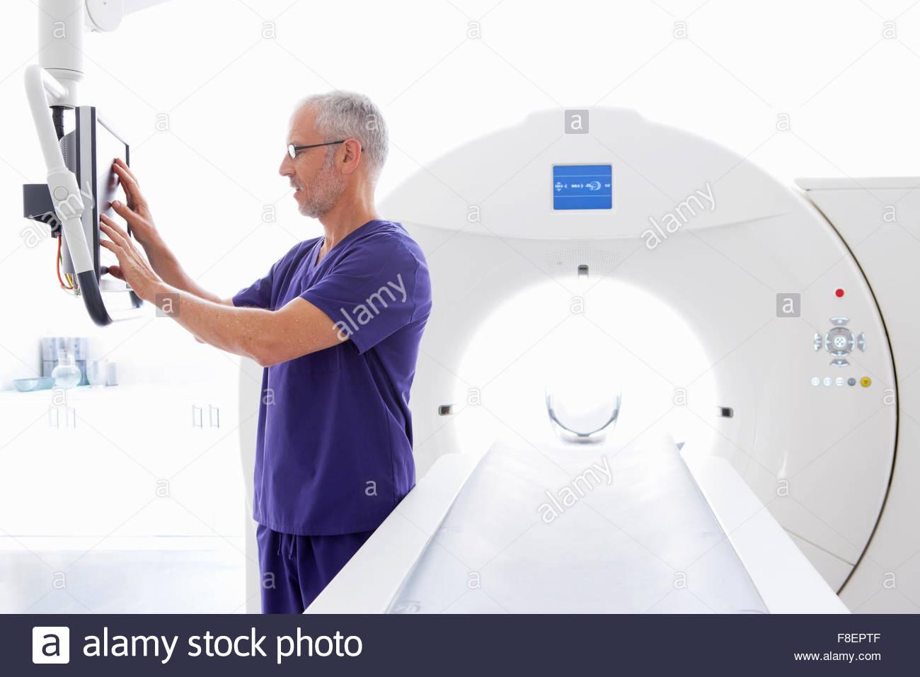 Médecin à l'écran d'ordinateur à côté de scanner à l'hôpital Photo Stock