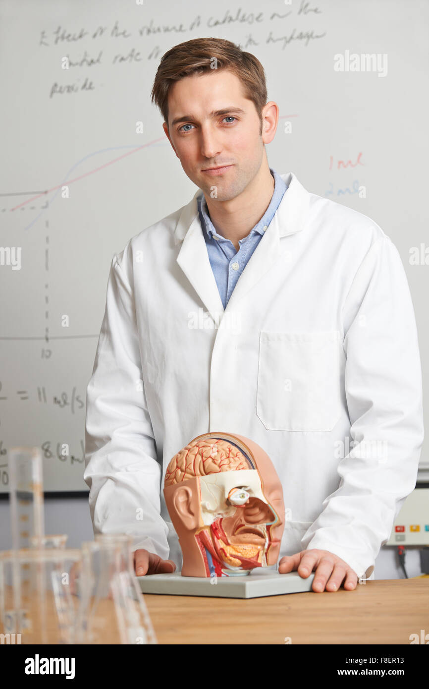 Portrait du professeur de biologie en classe Photo Stock