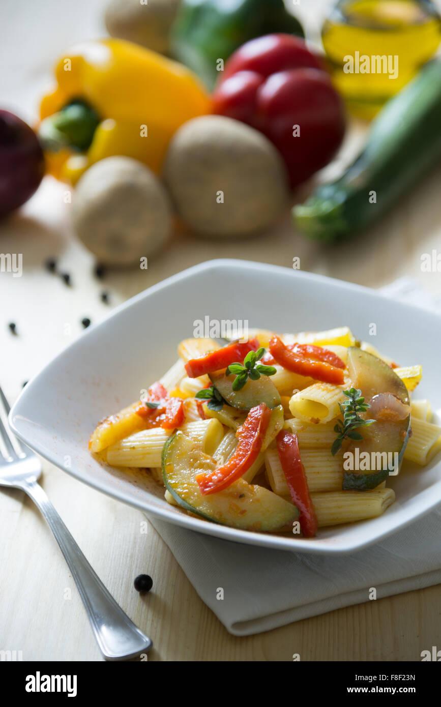 Les pâtes italiennes servi avec sauce aux légumes Photo Stock