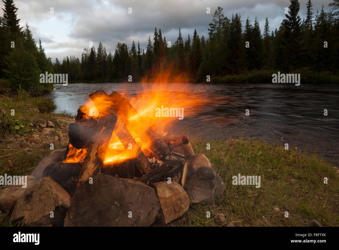 Feu, feu, feu de camp, camping, romantique, Lagerfeuer, Feuer, extérieur, Feuerstelle, Campen, Schweden Skandinavien, romantisch, Banque D'Images