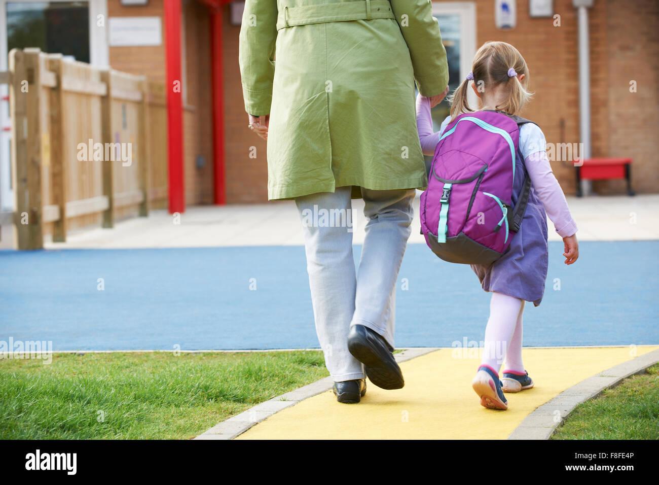 Grand-parent de prendre le petit-enfant à l'école Banque D'Images