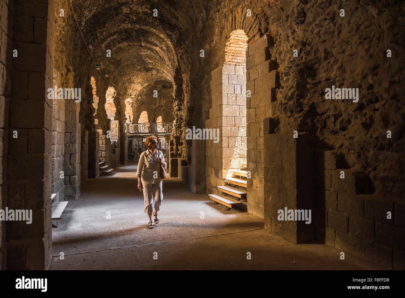 Femme voyage seule, une femme d'âge moyen à Catane tourisme explore le couloir souterrain sous l'ancien Photo Stock