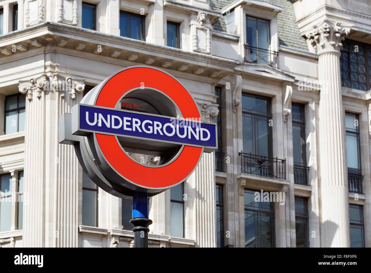 Métro de Londres célèbre signe avec architecture fond Photo Stock