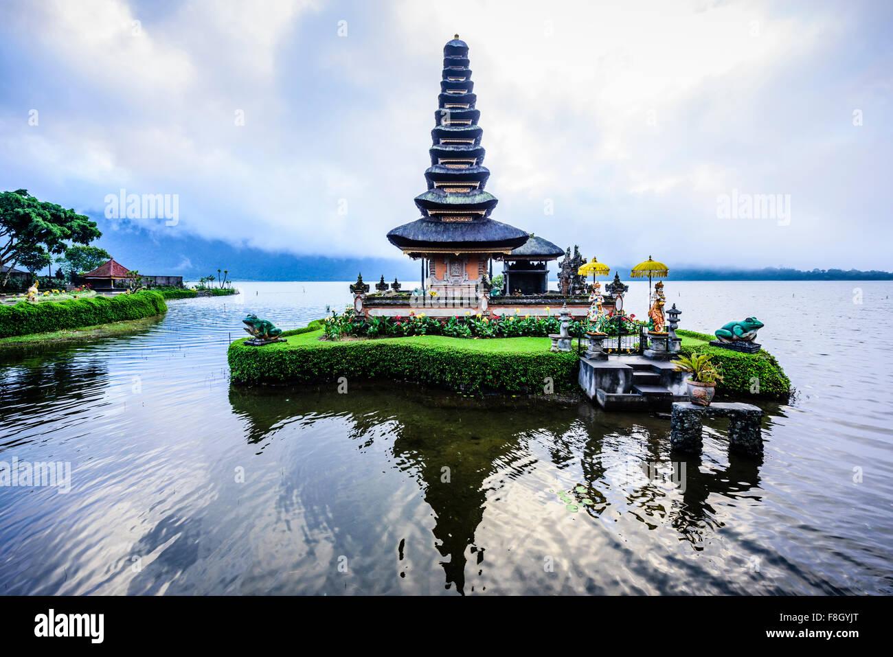Pagoda flottant sur l'eau, Baturiti, Bali, Indonésie Photo Stock