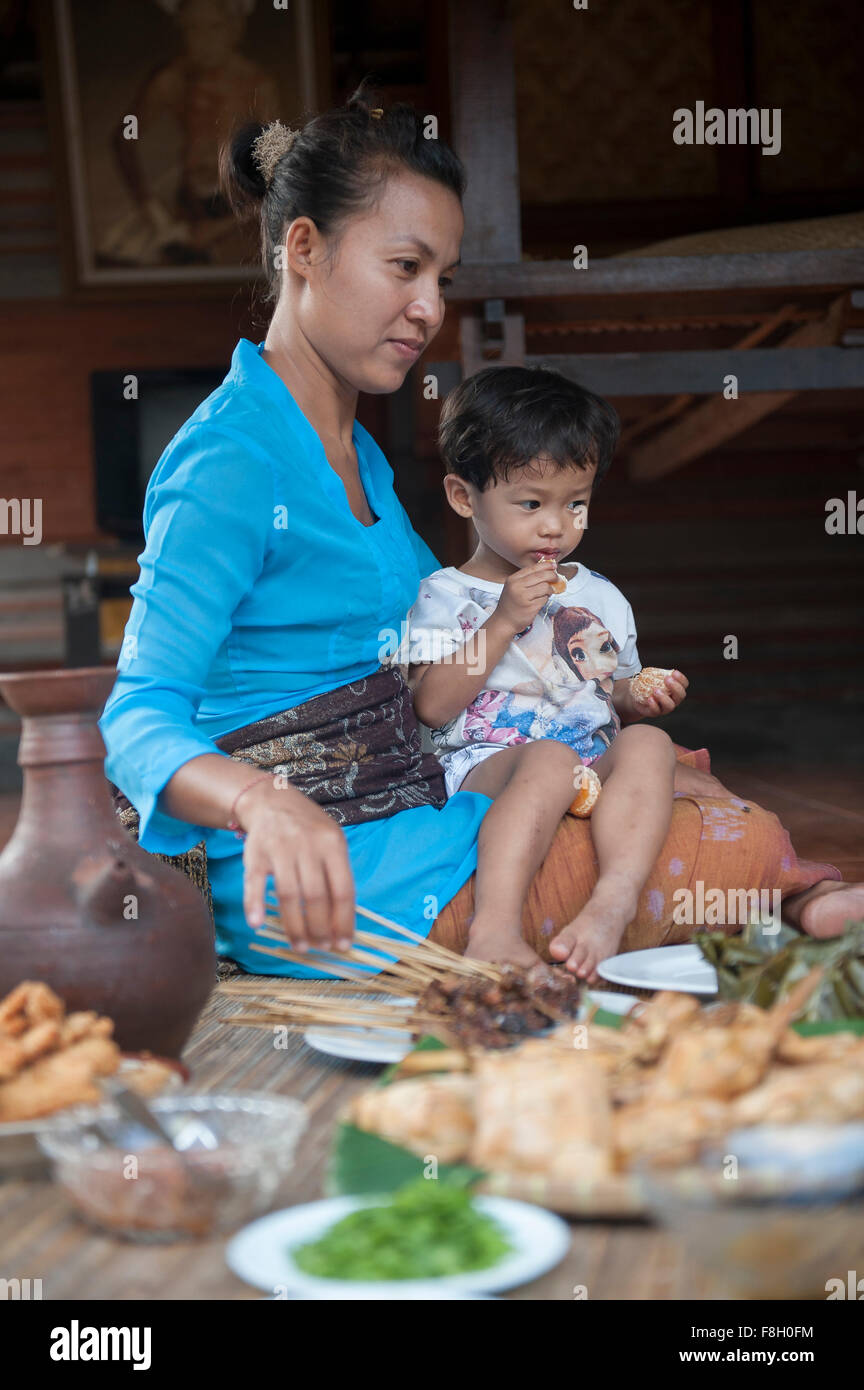 Asian mother and son eating sur tapis tissé Banque D'Images