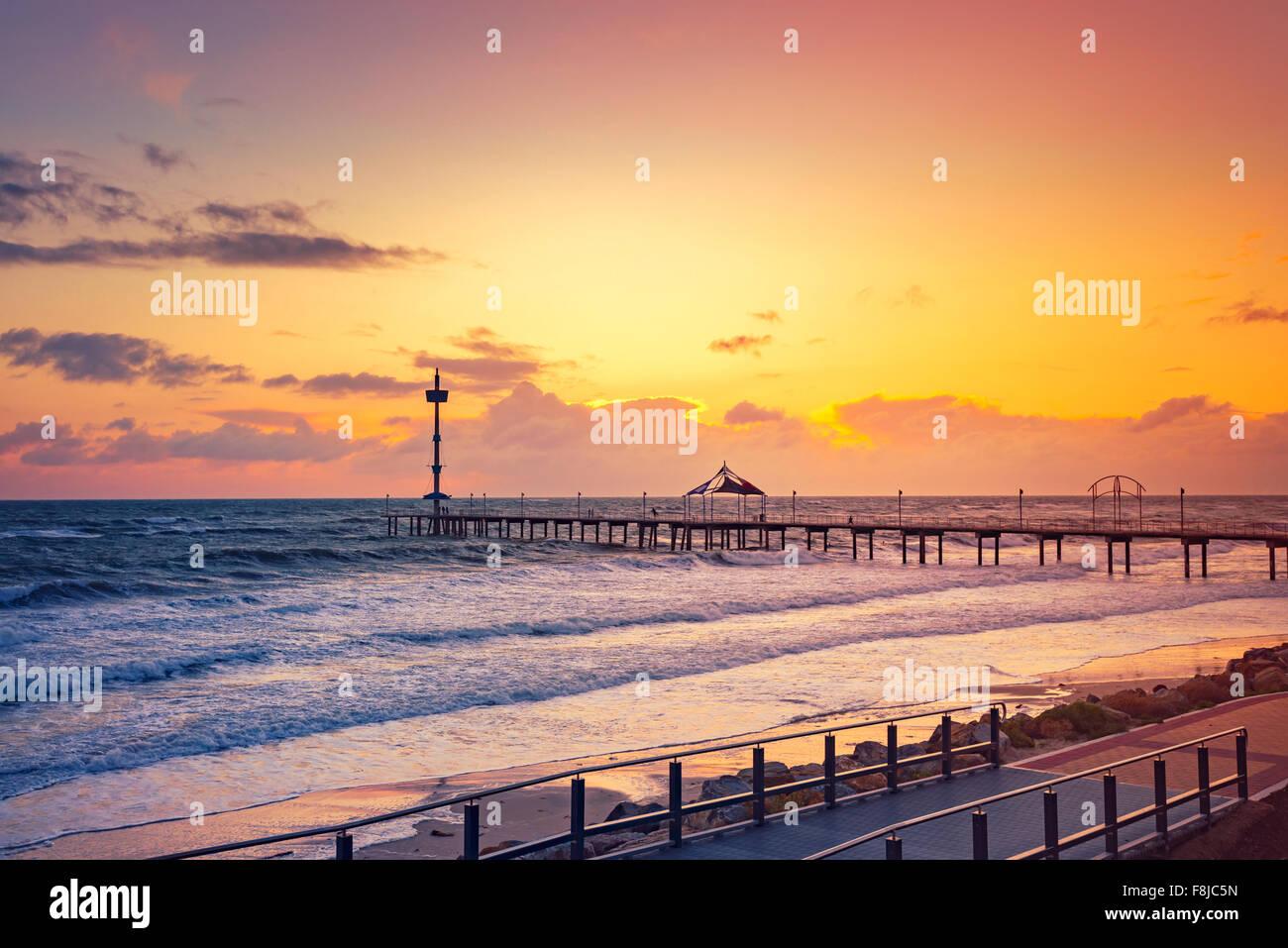 Jetée de Brighton au coucher du soleil en un jour de vent, l'Australie du Sud Photo Stock