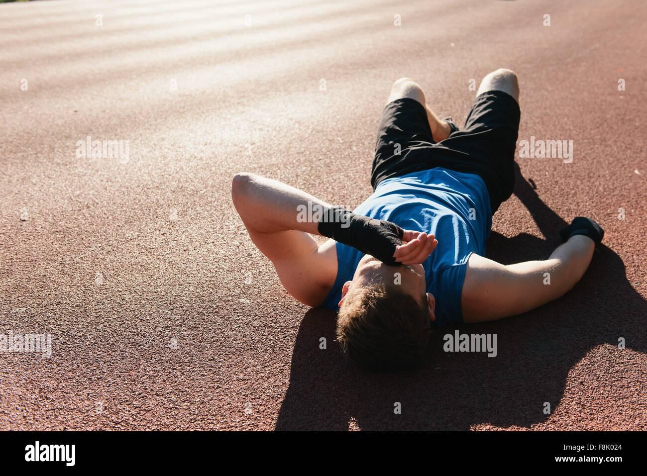 Jeune homme à l'extérieur, en faisant une pause après l'exercice Photo Stock