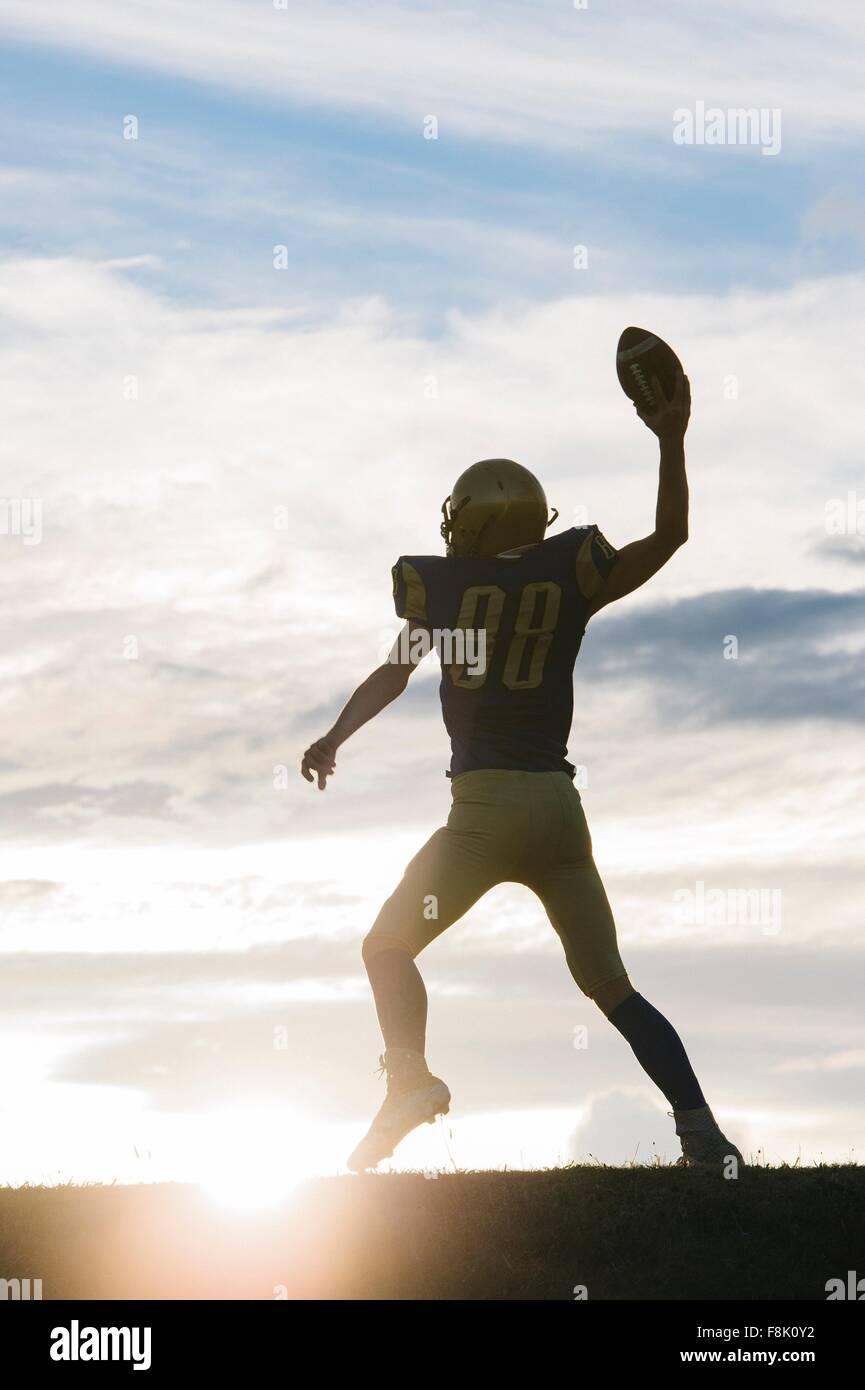 Jeune joueur de football américain à propos de jeter ball Photo Stock
