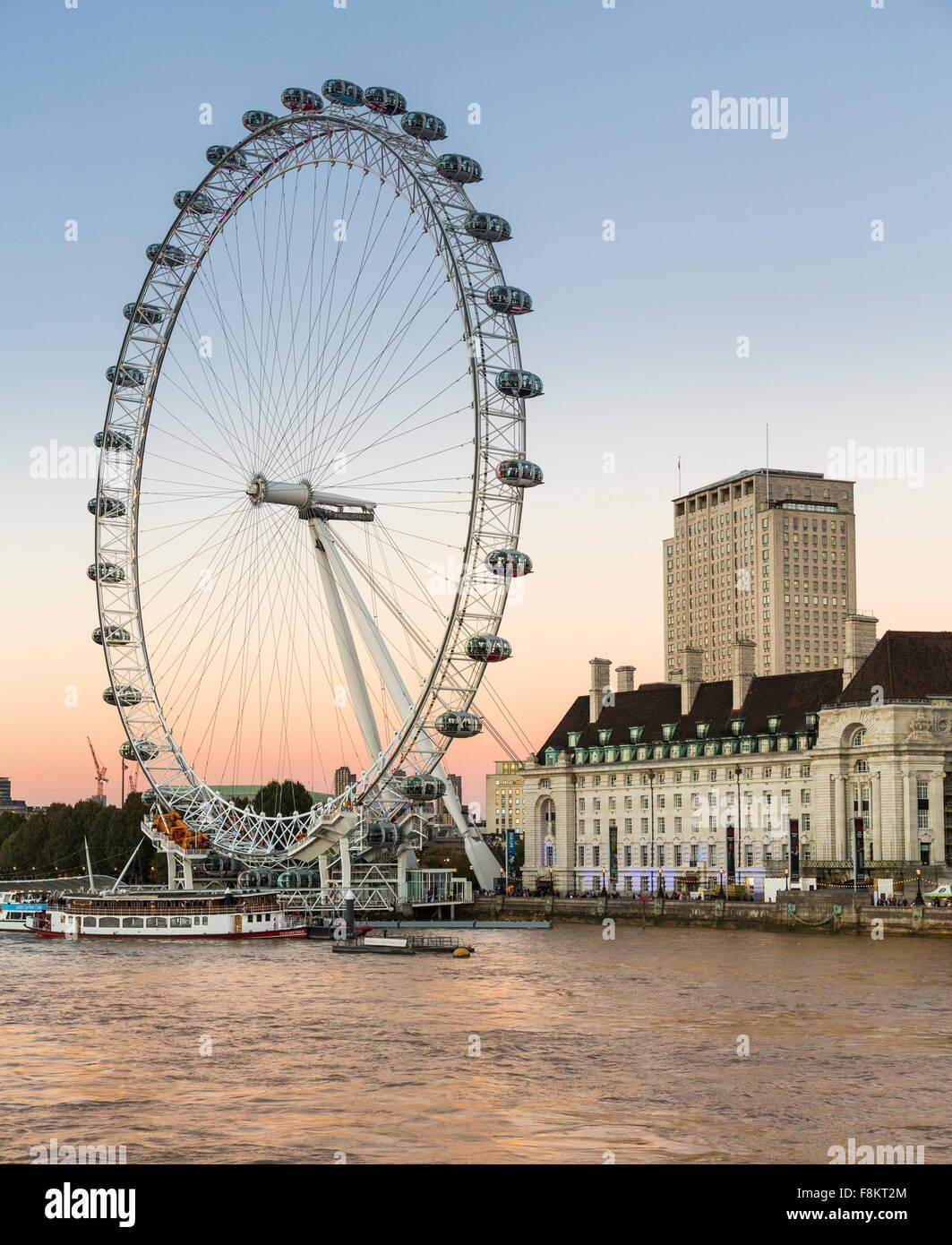 London Eye ou roue du millénaire sur la rive sud de la Tamise à Londres, Angleterre, RU Photo Stock
