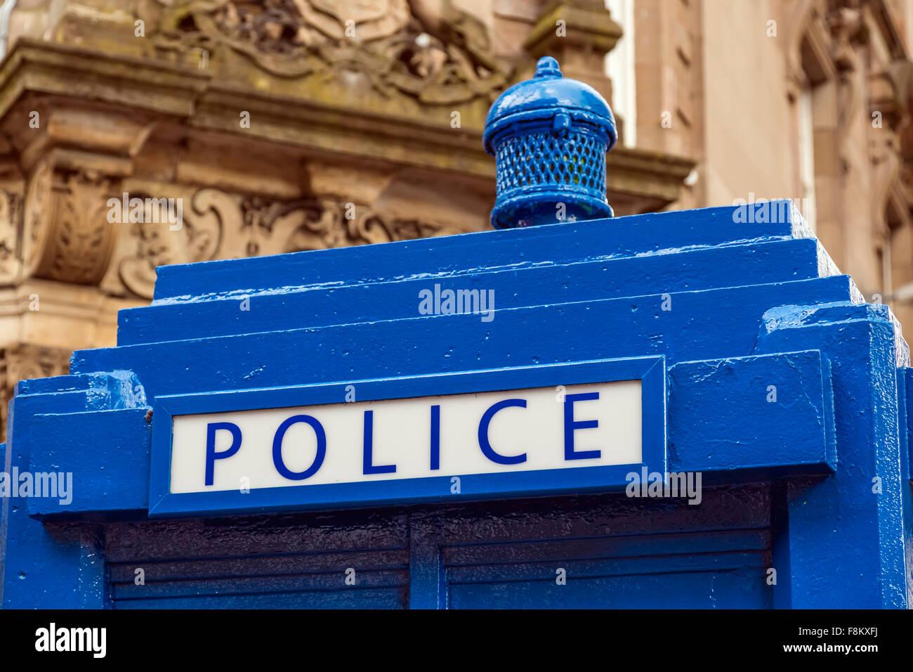 Boîte téléphonique de police peinte en bleu à Glasgow, en Écosse, au Royaume-Uni Banque D'Images