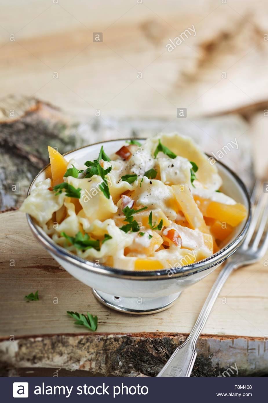 Des pâtes avec du navet d'or et une sauce au fromage crémeux Photo Stock