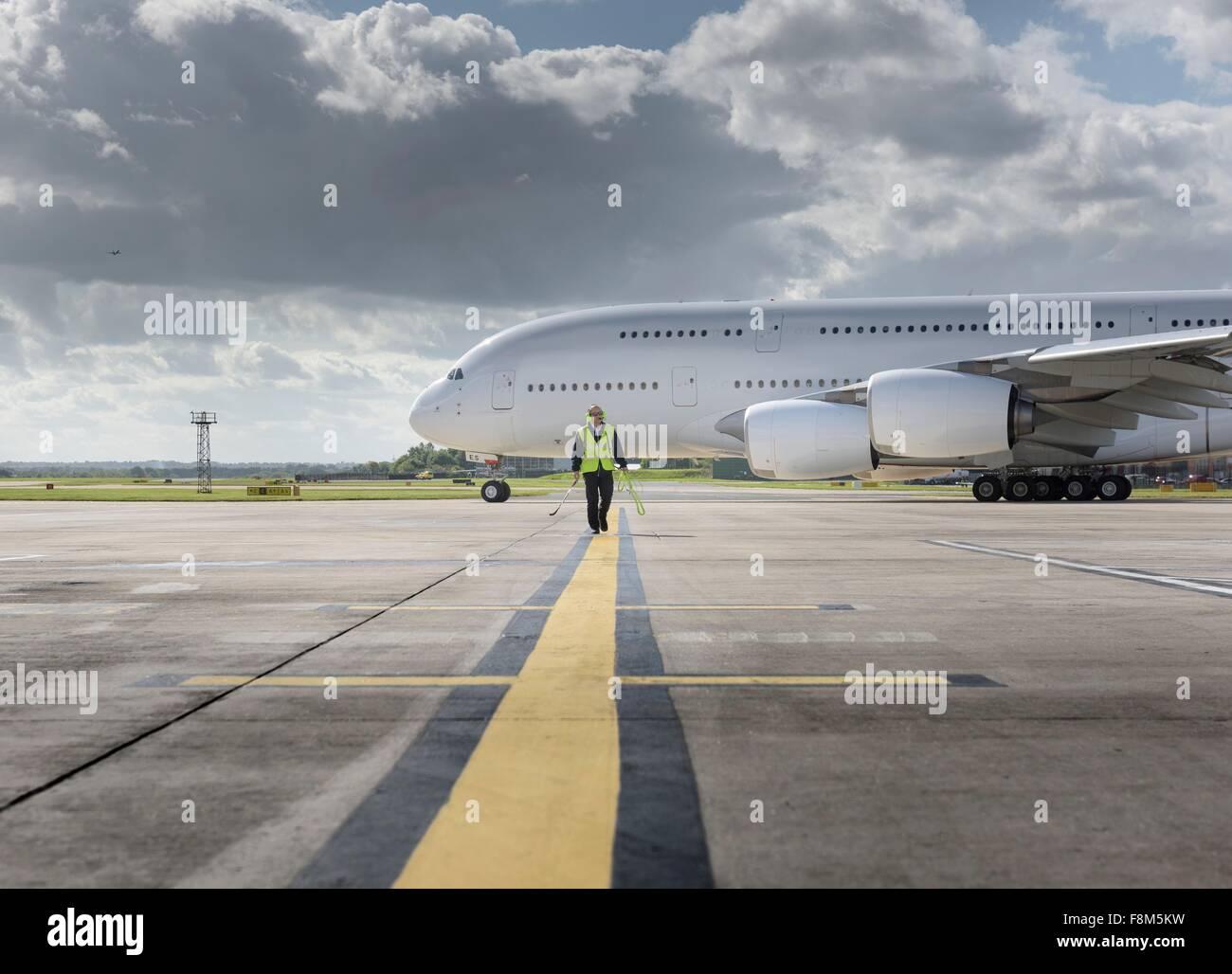 Ingénieur en chef de la piste de marche comme un avion décolle de l'aéroport a380 Photo Stock