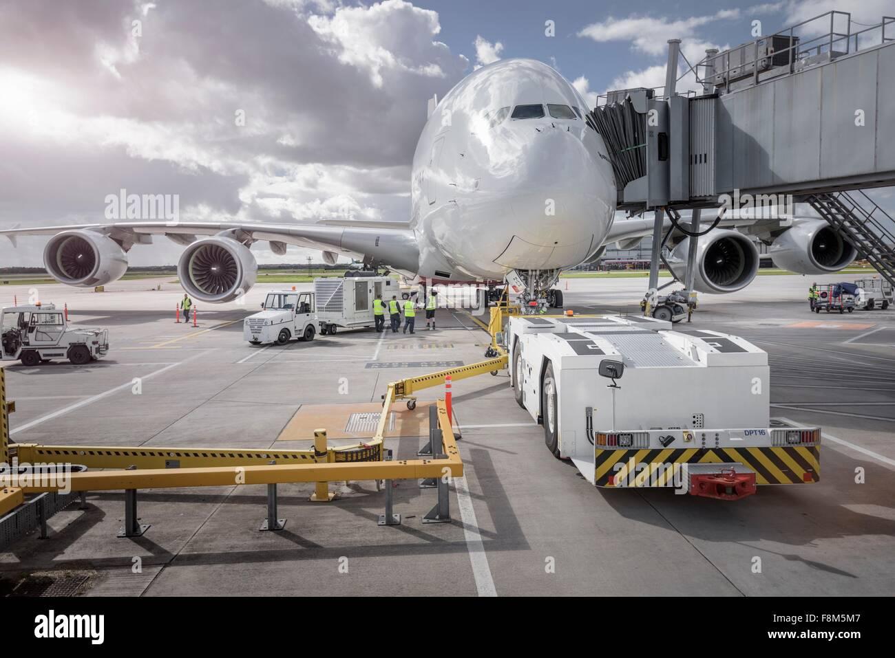 Fonctionnement de l'équipe au sol équipement de chargement sur A380 Photo Stock