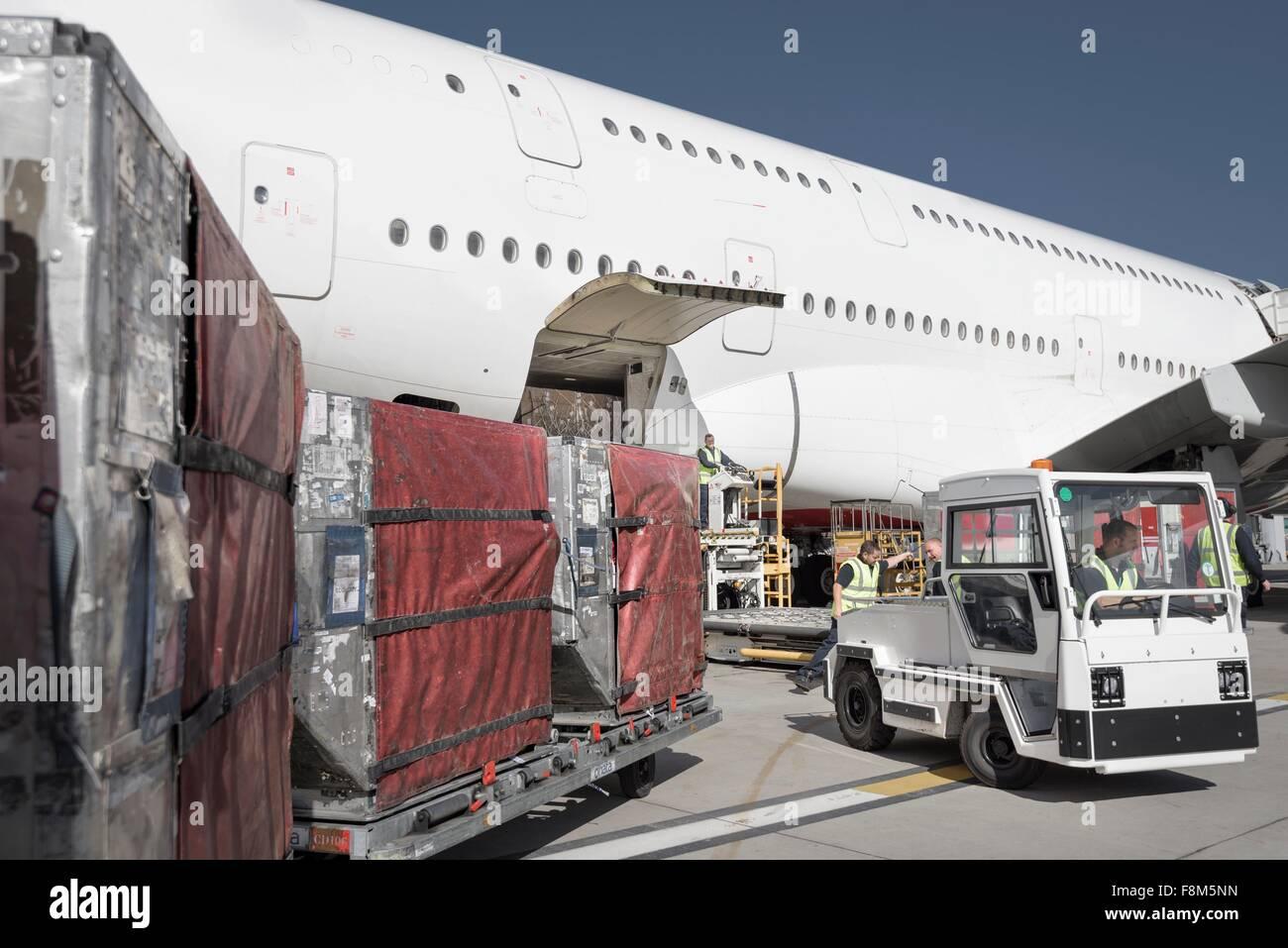 Le personnel au sol du chargement d'un aéroport d'avion à réaction à l'A380 Photo Stock