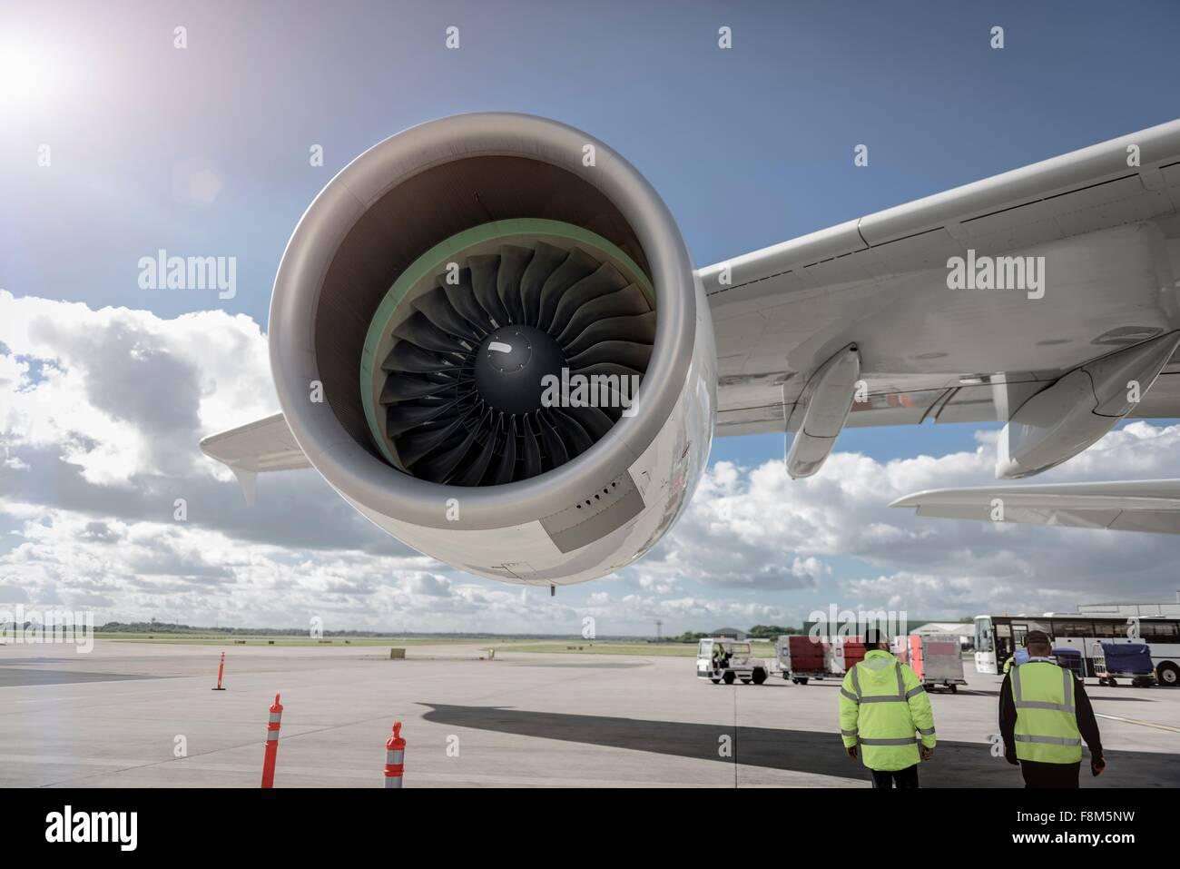Le personnel au sol avec un avion moteur jet380 Photo Stock