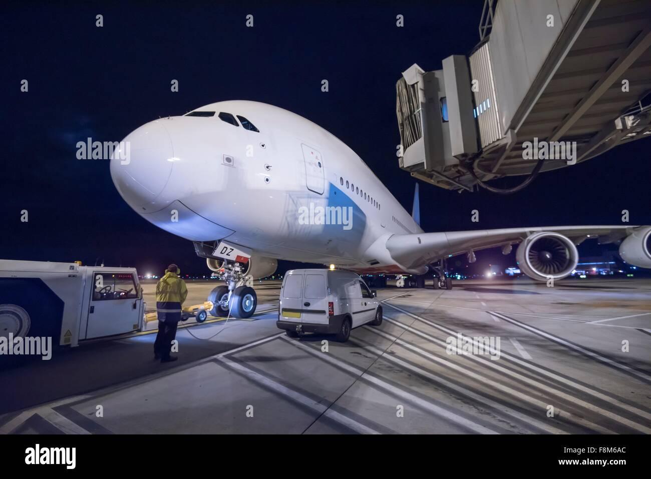 Ingénieur en chef à l'A380 sur la piste de nuit Photo Stock