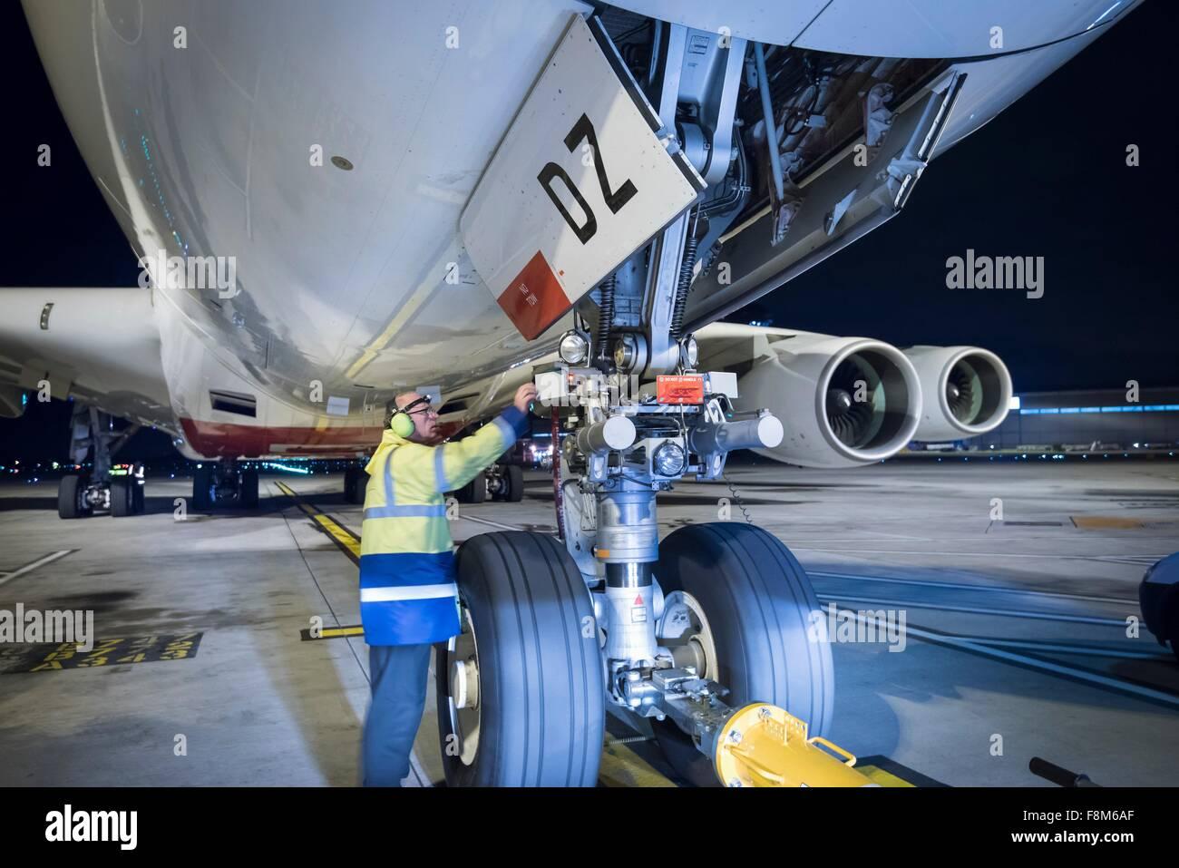 Ingénieur en chef de l'inspection d'A380 sur la piste de nuit Photo Stock