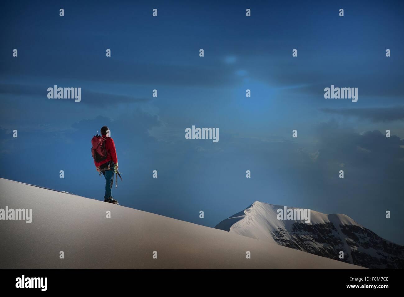 Grimpeur mâle debout sur ridge à out, dans le canton de Berne, Suisse Photo Stock