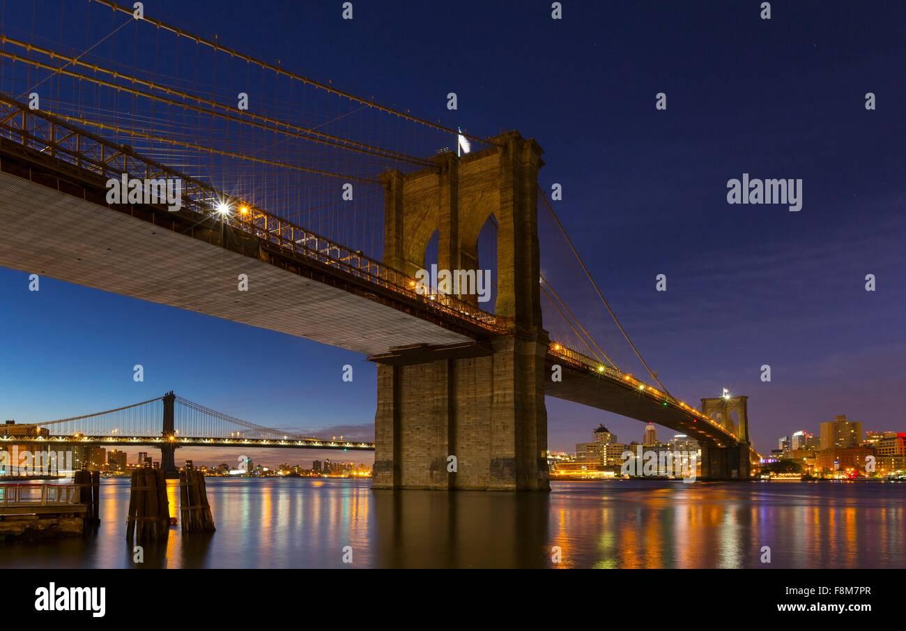 Vue de la nuit de Brooklyn et Manhattan bridges, New York, USA Photo Stock