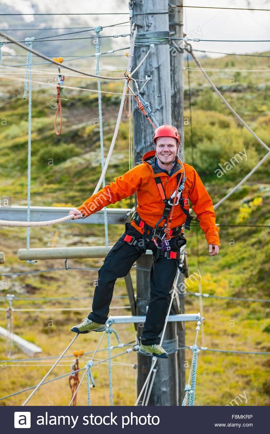 L'équilibrage de l'homme à des cours accès sur corde, l'Islande Photo Stock