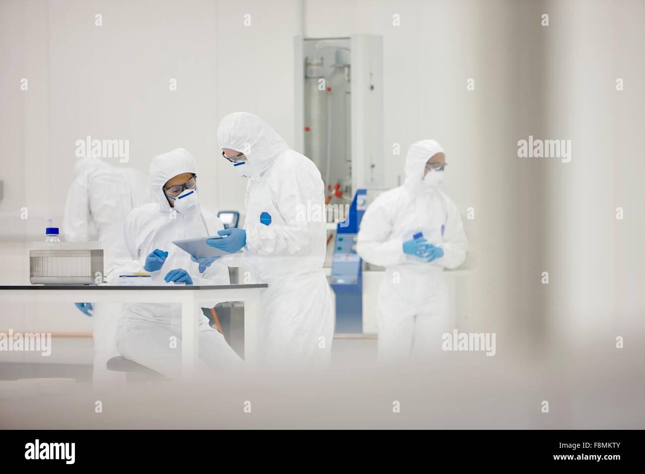 Les scientifiques travaillant dans les laboratoires Photo Stock
