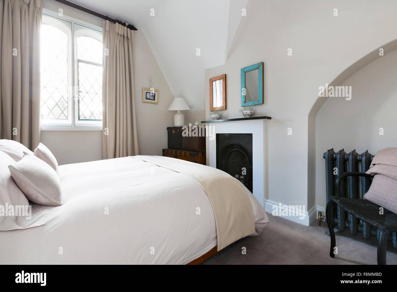 Grade II Country Lodge à Weybridge. Chambre Avec Cheminée Du0027époque. Un  Design Intérieur Contemporain Avec Un Mobilier Moderne Et De Murs Blancs.