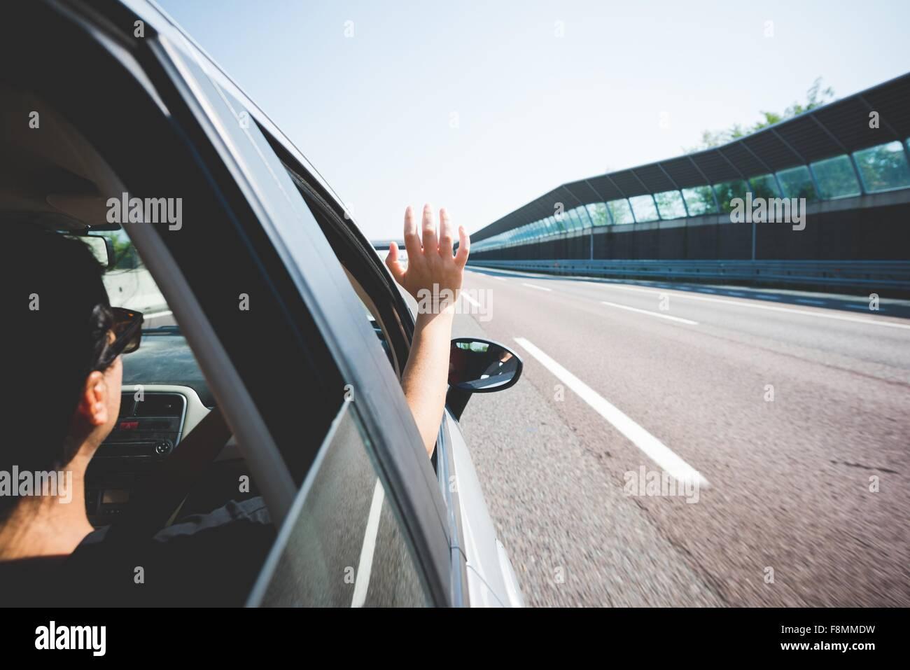 Femme voyageant sur l'autoroute, Garda, Italie Photo Stock