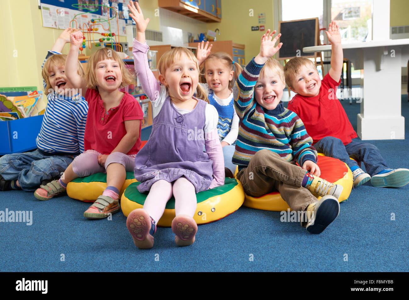 Groupe d'enfants de l'école répondant à la question préalable en classe Banque D'Images