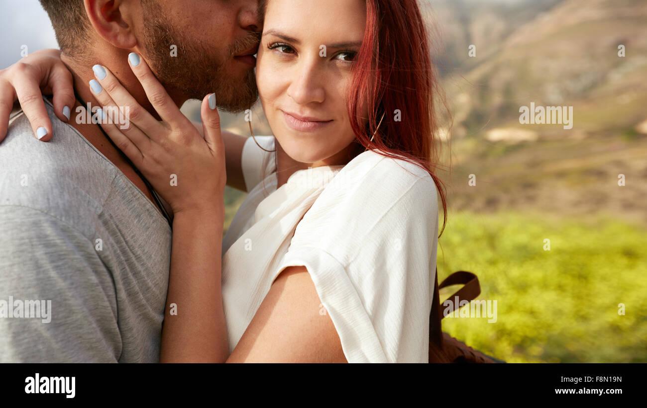 Close up shot of attractive young woman hugging son petit ami à l'extérieur. Couple en vacances. Photo Stock