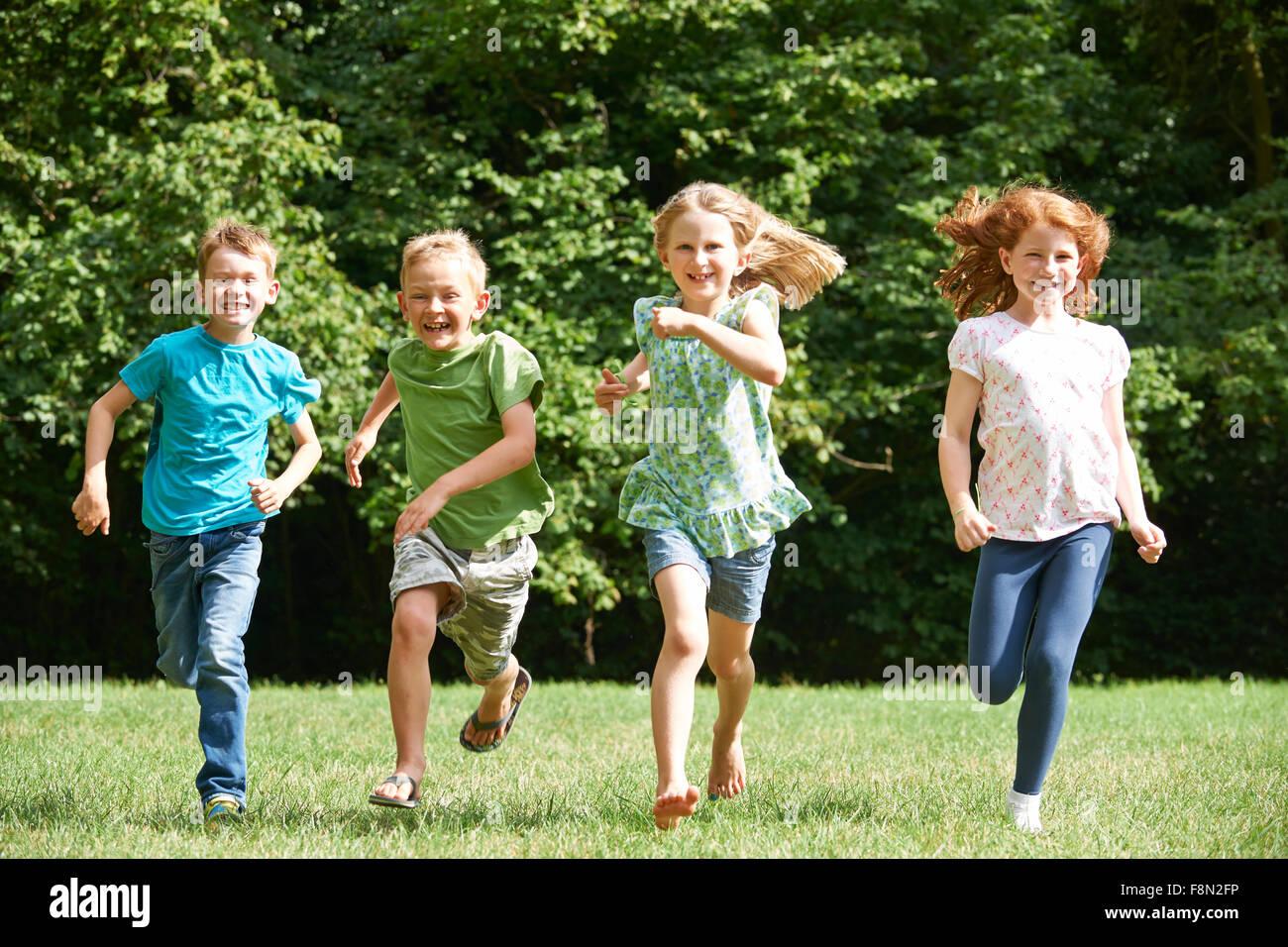 Groupe D'enfants Qui Courent Vers La Caméra En Jeu Pour