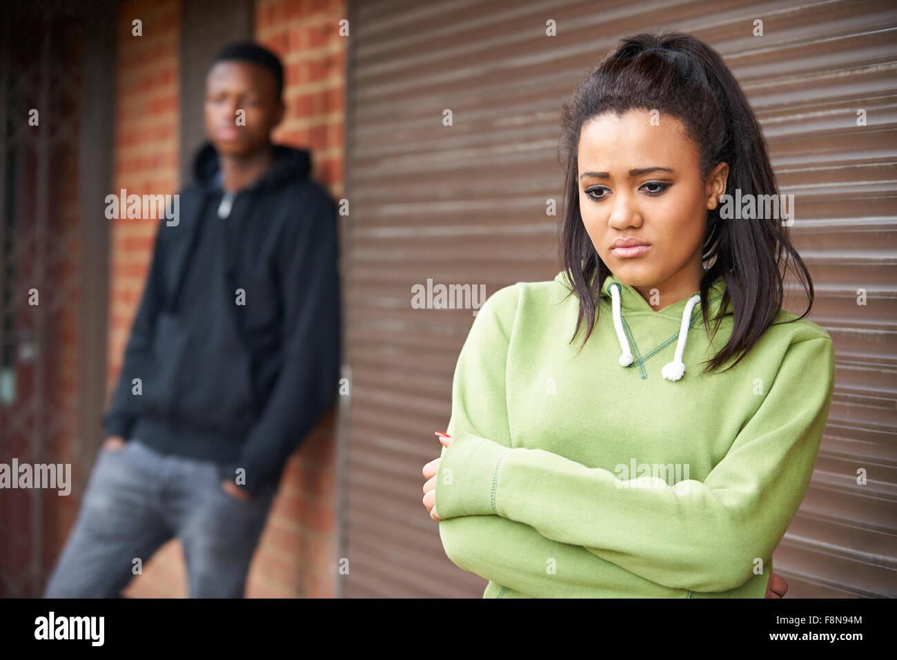 Portrait of Teenage Couple malheureux en milieu urbain Photo Stock