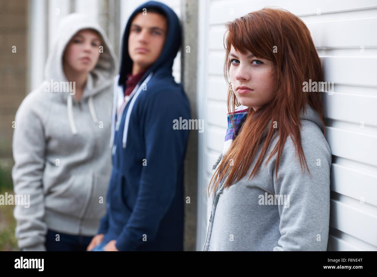 Bande d'adolescents qui traînaient dans l'environnement urbain Photo Stock