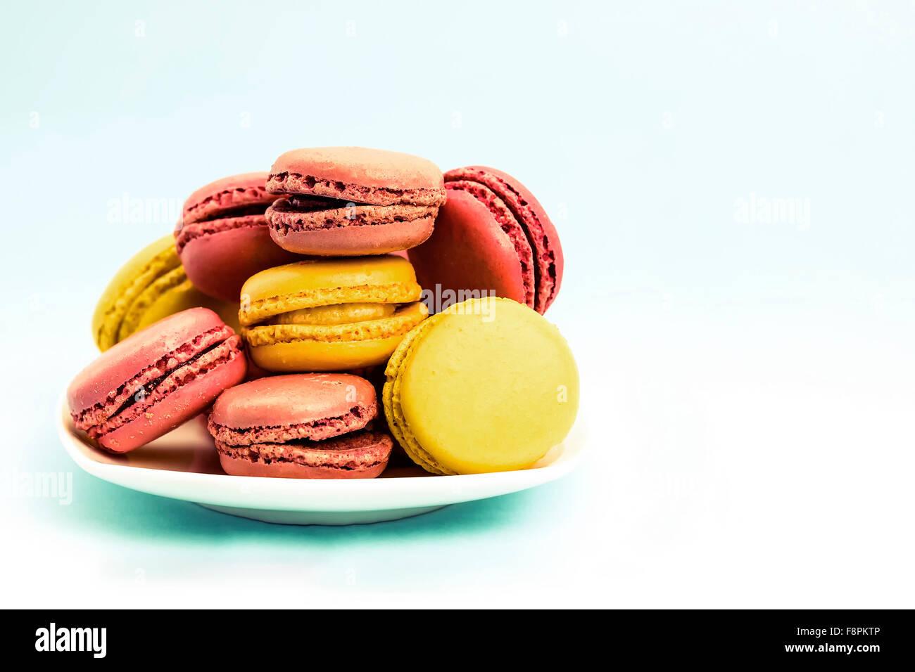 Assiette de macarons français sur retro-vintage background Photo Stock