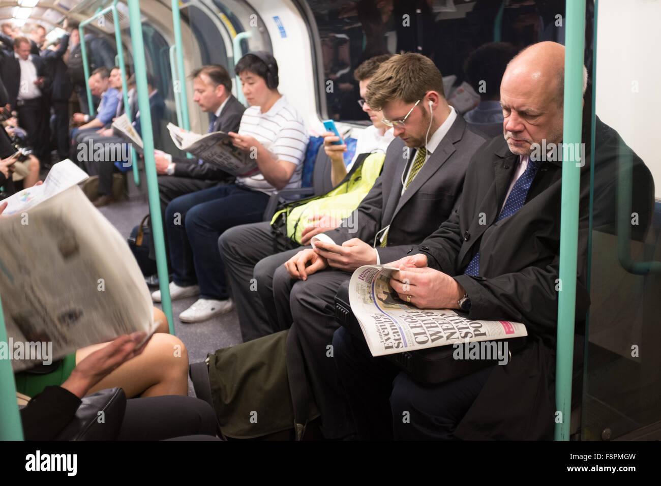 Les navetteurs sur le métro de Londres Photo Stock