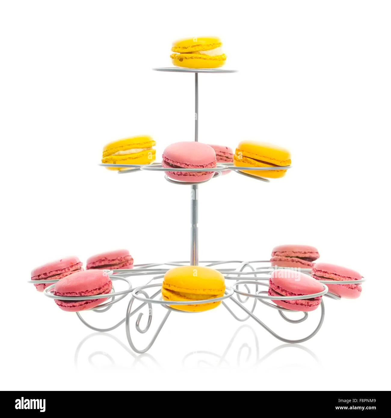 Macarons français sur retro cake stand Photo Stock