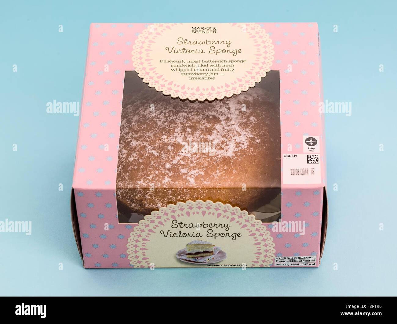 Marks and Spencer Gâteau éponge Victoria fraise sur un fond bleu clair Banque D'Images
