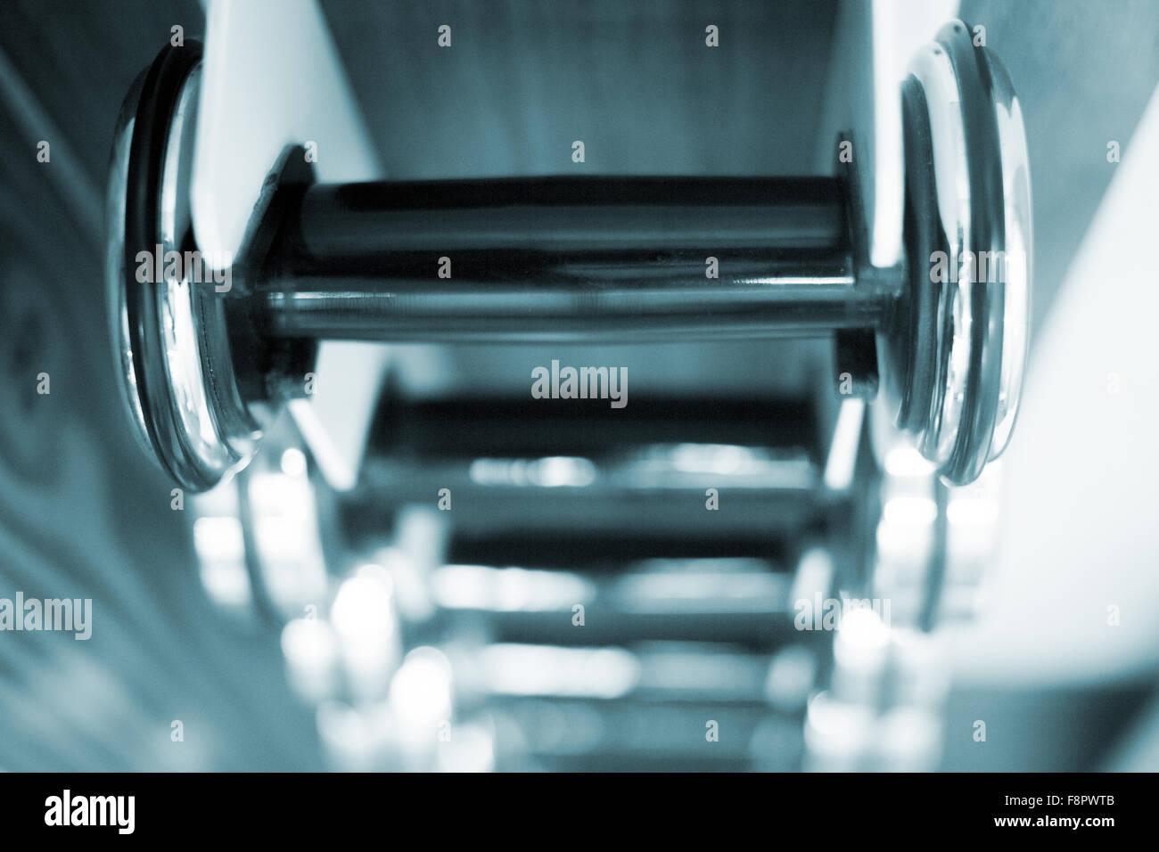 Les Haltères fitness poids métalliques dans la salle d'exercice dans la salle de fitness club de remise Photo Stock