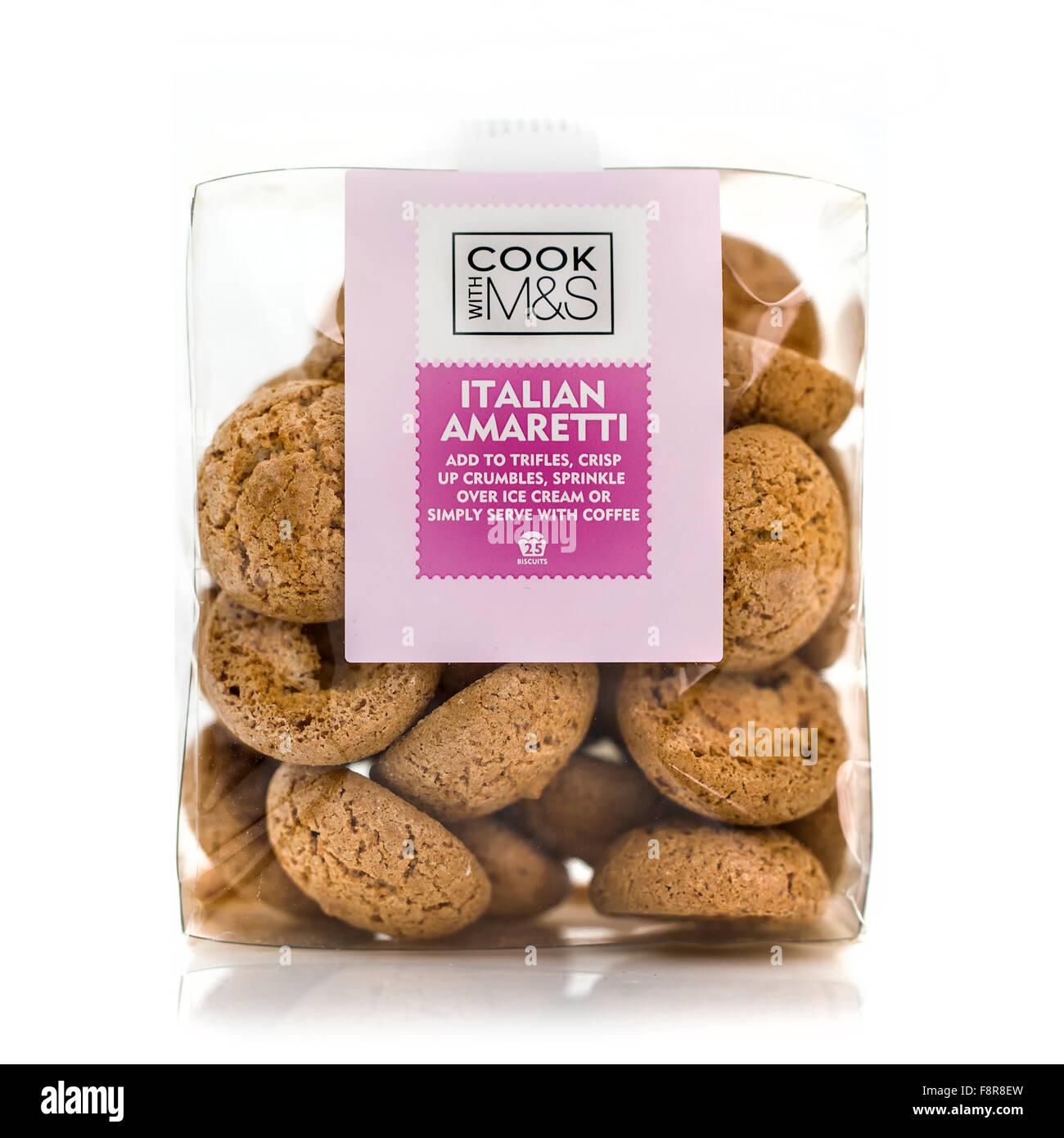 Paquet de Marks and Spencer Biscuits Amaretti italien sur fond blanc Banque D'Images