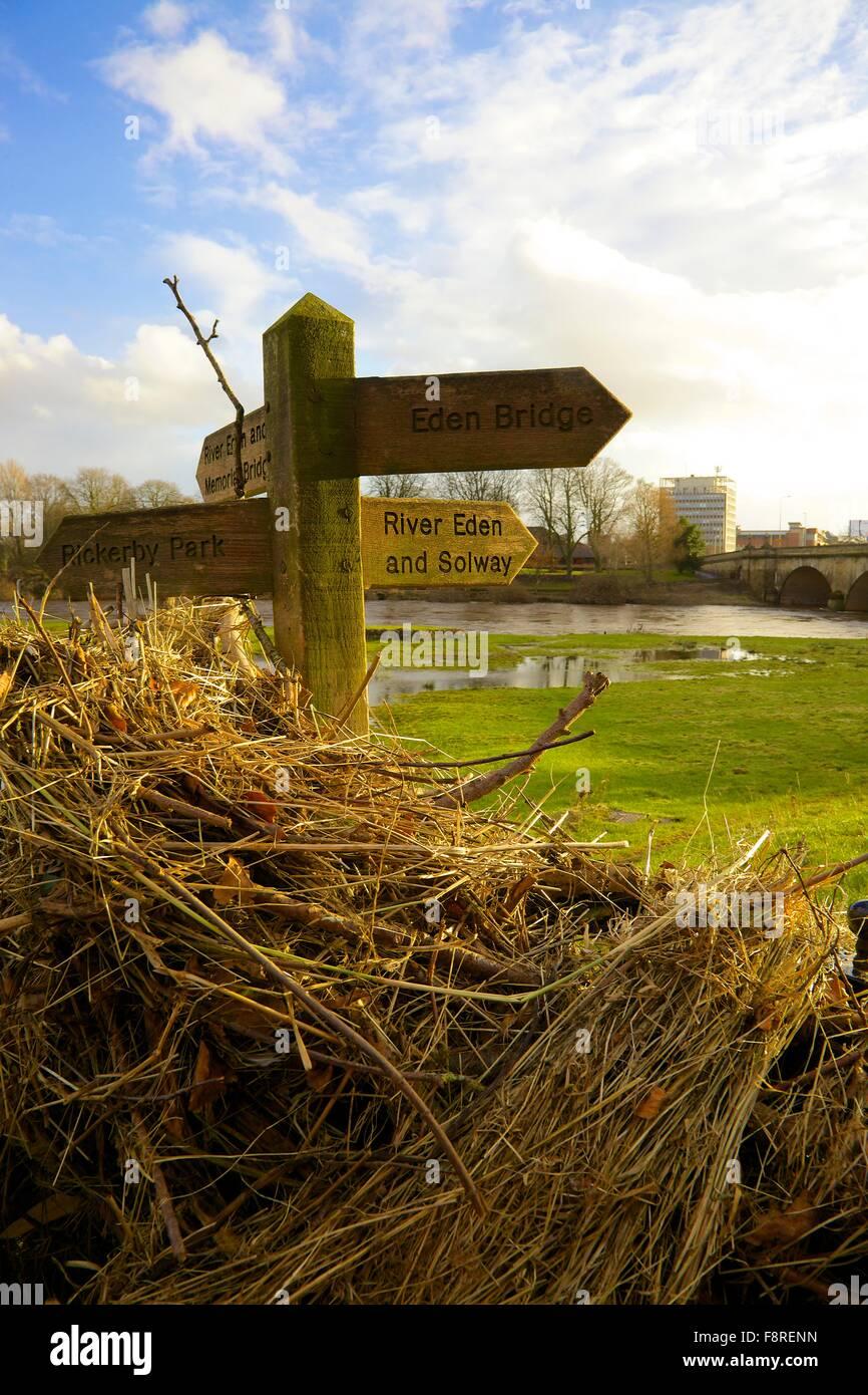 Suite des inondations de Carlisle. 6e décembre 2015. Chemin pied panneau indiquant babylon illustrant la hauteur Photo Stock
