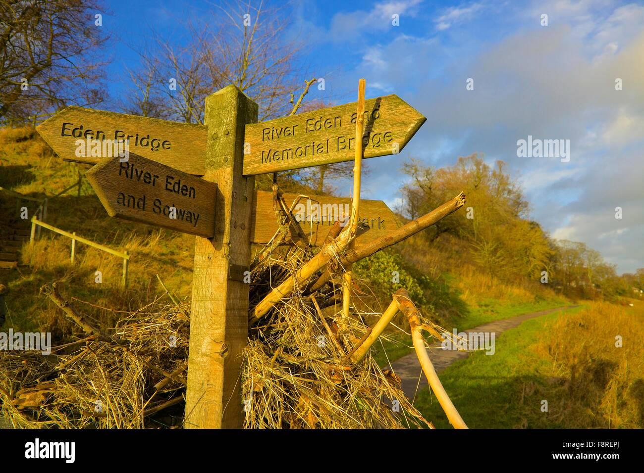 Suite des inondations de Carlisle. Décembre 2015. Chemin pied panneau indiquant babylon illustrant la hauteur Photo Stock