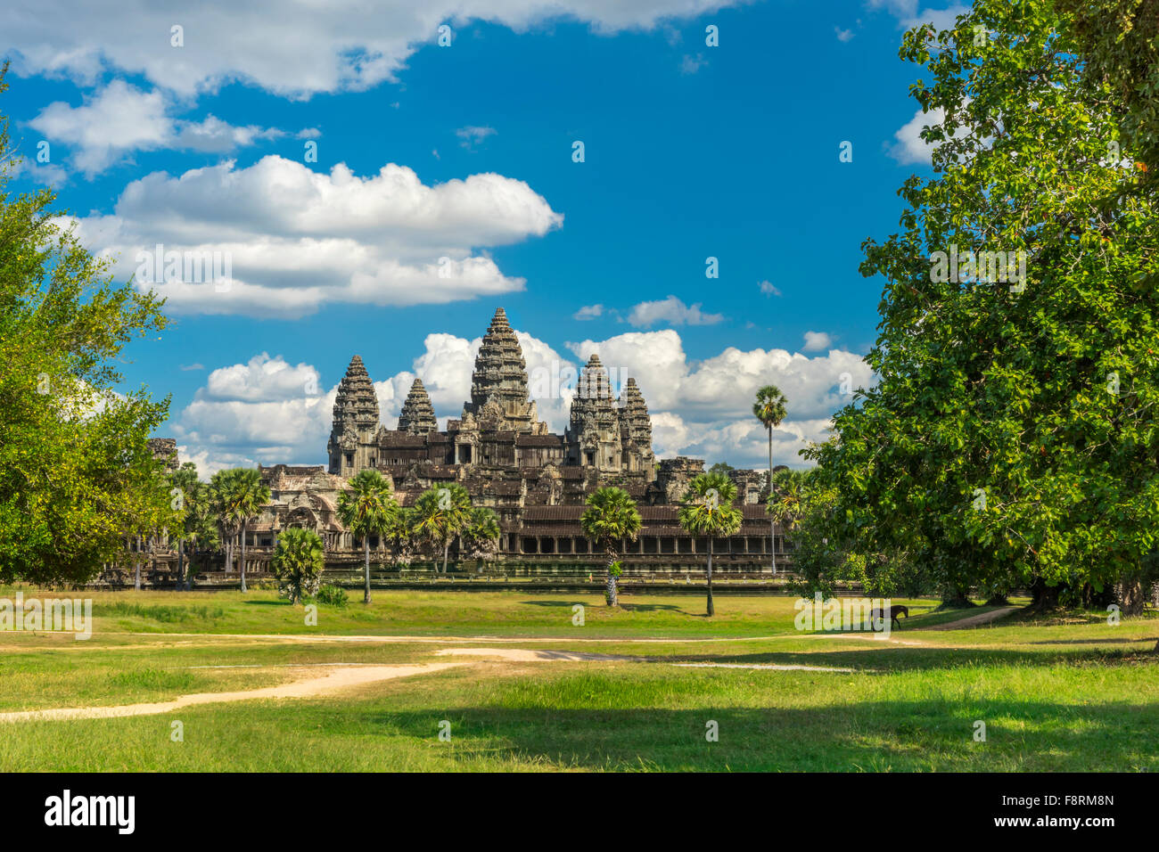 Ancien temple Angkor Wat, un jour ensoleillé, à cheval, blue skay et de nombreux nuages à Siem Reap. Photo Stock